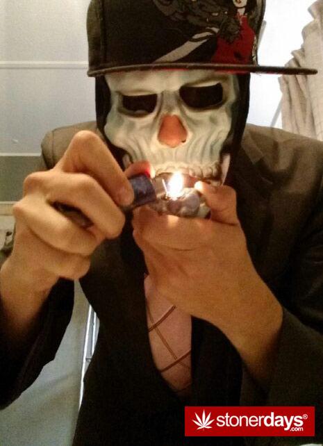 skull-weed-smoking
