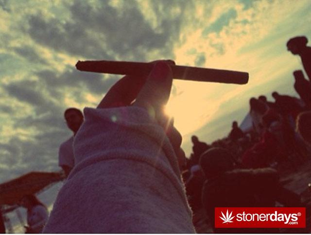 HOT-GIRLS-SMOKING-BONGS (32)