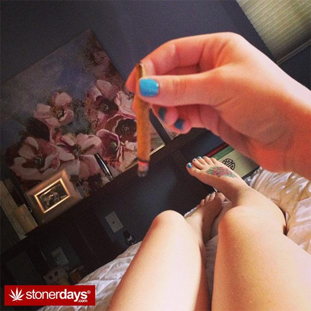 HOT-GIRLS-SMOKING-BONGS (66)
