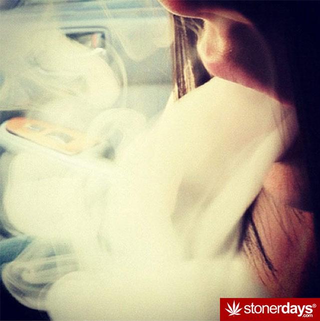 HOT-GIRLS-SMOKING-BONGS (41)