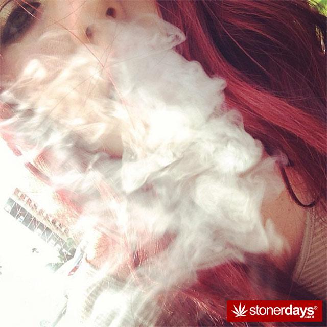 HOT-GIRLS-SMOKING-BONGS (91)